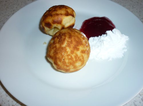 Æbleskiver ready to eat.